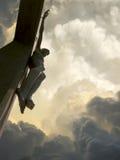 Nuages et ciel dramatiques avec Jesus On la croix Images stock