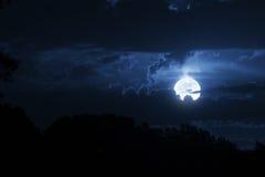 Nuages et ciel dramatiques de nuit avec la belle pleine lune bleue Images libres de droits