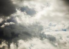 Nuages et cieux de tempête foncés extérieurs image stock