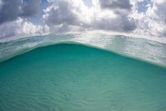 Nuages et eau claire en mer des Caraïbes Photographie stock libre de droits
