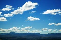 Nuages et fond de ciel bleu Photographie stock
