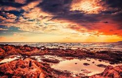 Nuages et foudre de tempête au-dessus de la mer Paysage martien Image libre de droits
