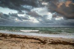 Nuages et la mer Image libre de droits