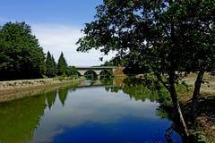 Nuages et lac de ciel et d'arbre de ` Alpi de vallon de Castel Photographie stock libre de droits