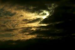 Nuages et lune de tempête Image libre de droits