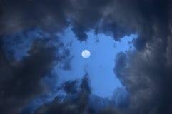 Nuages et lune orageux Photo libre de droits