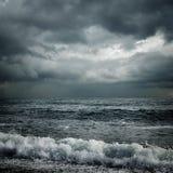 Nuages et mer de tempête foncés Photos stock