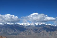 Nuages et montagne Image libre de droits