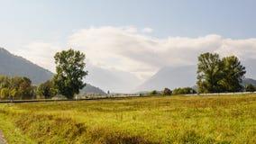 Nuages et montagnes Image stock