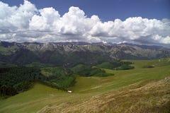 Nuages et montagnes images stock