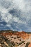 Nuages et montagnes colorées Photographie stock libre de droits