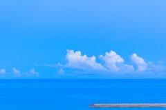 Nuages et océan bleu Photo stock