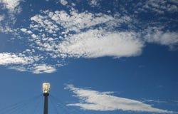 Nuages et projecteur de ciel Images stock