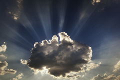 Nuages et rayons de soleil Rayons de Sun Photos stock