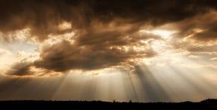 Nuages et rayons de soleil Rayons de Sun Images stock