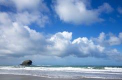 Nuages et roche atlantiques de mouette   Photo stock