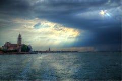 Nuages et soleil au-dessus de la lagune Vue de l'île de San Giorgio Image stock