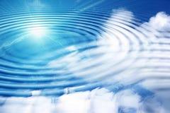 Nuages et soleil blancs de réflexion sur le ciel bleu dedans Images stock