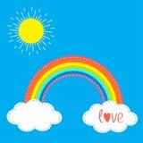Nuages et soleil d'arc-en-ciel dans le ciel Ligne de tiret Carte d'amour Conception plate Image libre de droits