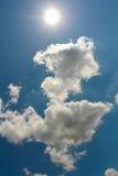 Nuages et soleil de ciel bleu Photo stock