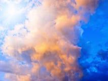 Nuages et soleil orageux colorés Photos libres de droits