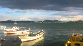 Nuages et Sun avec des bateaux image stock