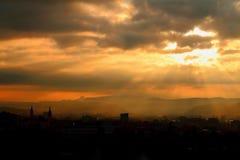Nuages et Sun Banska Bystrica, l'Europe Images stock