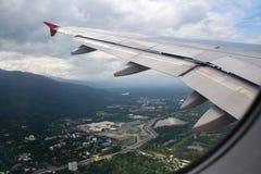 Nuages et ville en tant que vue fenêtre d'un avion Photo stock
