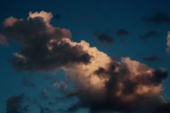 Nuages excessifs dans le ciel photo stock