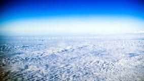 Nuages, fenêtre d'avion photo stock