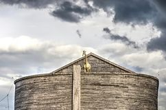 Nuages foncés au-dessus d'arche du ` s de Noé image stock