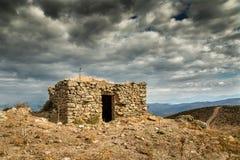 Nuages foncés au-dessus d'un bergerie dans la région de Balagne de la Corse Image libre de droits