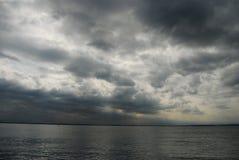 Nuages foncés au-dessus d'un lac Photographie stock libre de droits
