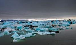 Nuages foncés au-dessus d'une lagune de glacier Image stock