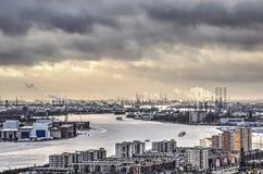 Nuages foncés au-dessus du port photo libre de droits