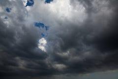 Nuages foncés avant un orage images stock