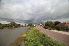 Nuages foncés d'orage de cumulus au-dessus du du Hollandsche IJssel dans Gouderak image libre de droits