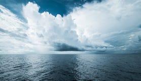 Nuages foncés dans l'océan ouvert photos stock