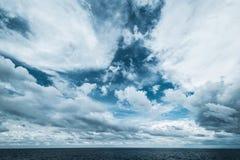 Nuages foncés dans l'océan ouvert image stock