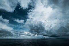 Nuages foncés dans l'océan ouvert image libre de droits