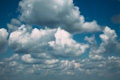 Nuages foncés dans le ciel bleu photos stock