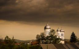Nuages foncés de tempête au-dessus du village photographie stock libre de droits