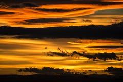 Nuages foncés dramatiques au coucher du soleil photos libres de droits