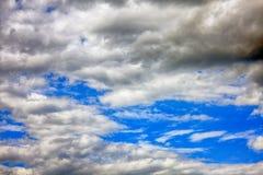 Nuages foncés en ciel bleu images stock