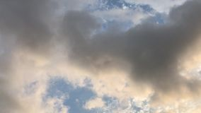 Nuages foncés en mouvement dans le ciel banque de vidéos