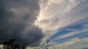 Nuages foncés sur le ciel des Caraïbes photos libres de droits