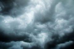 Nuages foncés sur le ciel le soir Image stock