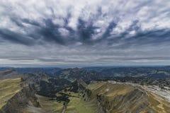 Nuages foncés sur les montagnes Image libre de droits