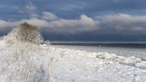 Nuages froids au-dessus de cap Neeme Photos stock