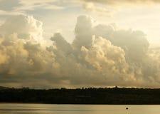 Nuages gentils au-dessus de rivage Image libre de droits